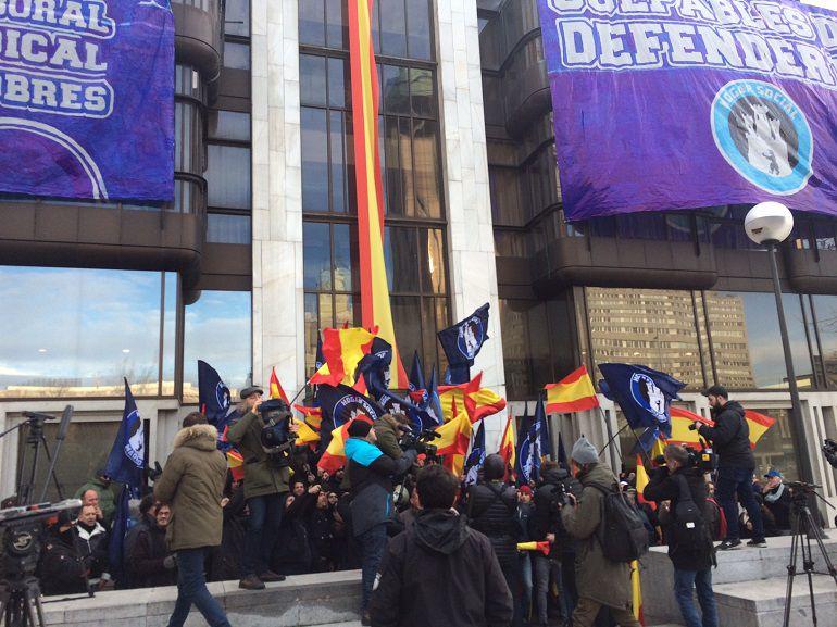 Concentracion frente al edificio ocupado