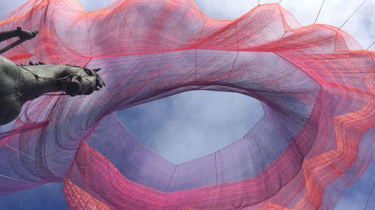 La Plaza Mayor acoge por su 400 cumpleaños las ondas sísmicas del terremoto de Japón de 2011 en una malla aérea
