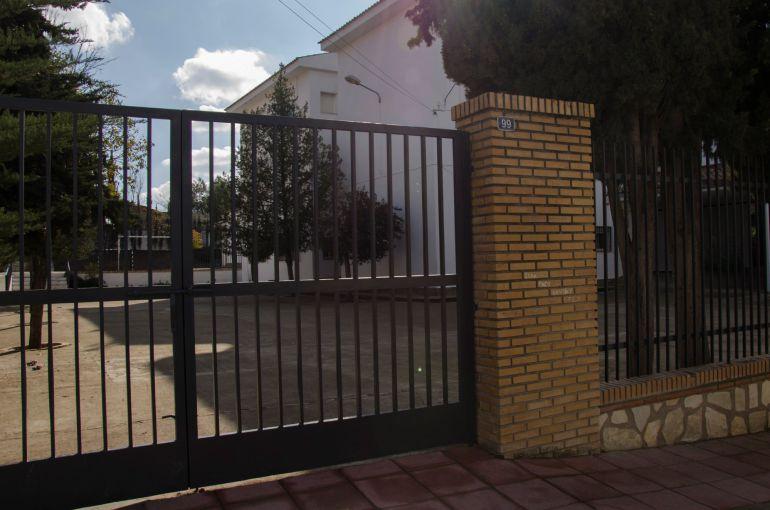 Puerta del colegio, en la comarca de Cazorla (Jaén), donde, presuntamente, un niño de 9 años ha sufrido una violación por parte de varios compañeros entre 12 y 14 años