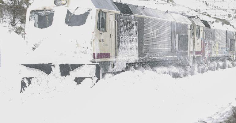 Estación de tren de Busdongo (León) afectada por el temporal de nieve