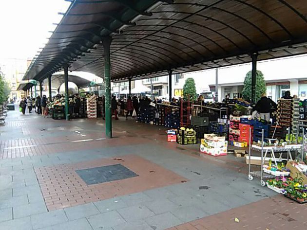 Imagen del Mercado de la Marquesina con la parte izquierda vacía por el cierre de puestos