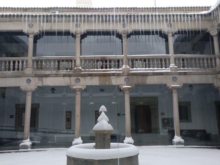 Carámbanos en el patio de la Audiencia Provincial de Ávila