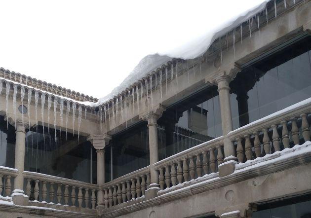Cornisa de nieve en el patio de la Audiencia Provincial de Ávila