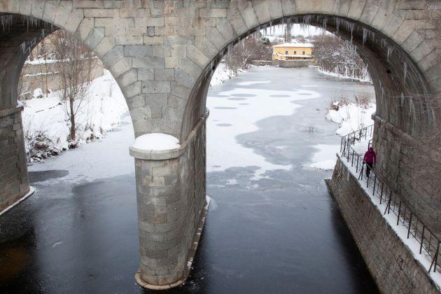 Vista del río Adaja congelado a su paso por Ávila