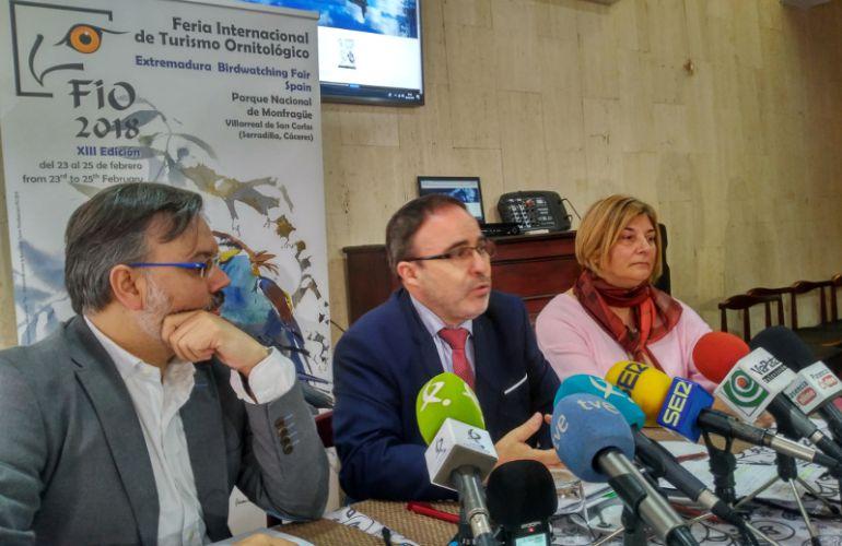 Franscisco Martín (Centro) juntos a los alcaldesde Plasencia (izq) y Serradilla (dcha) en la presentación de la FIO