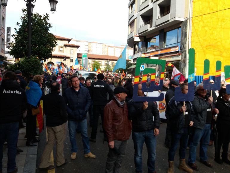 Participantes en la manifestación de JUSAPOL. Oviedo, esta mañana