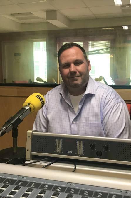 El portavoz adjunto de la embajada de EEUU en España, John Rhatigan en los estudios de Radio Cádiz