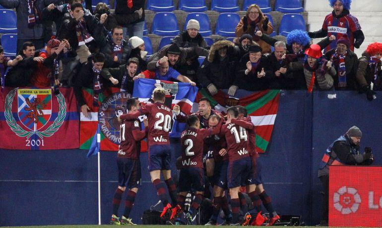 Los jugadores del Eibar celebran la victoria in extremis en Butarque
