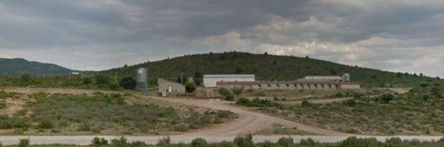 Algunas granjas de cerdos están cerca de las casas de la pedanía de Manzaneruela.