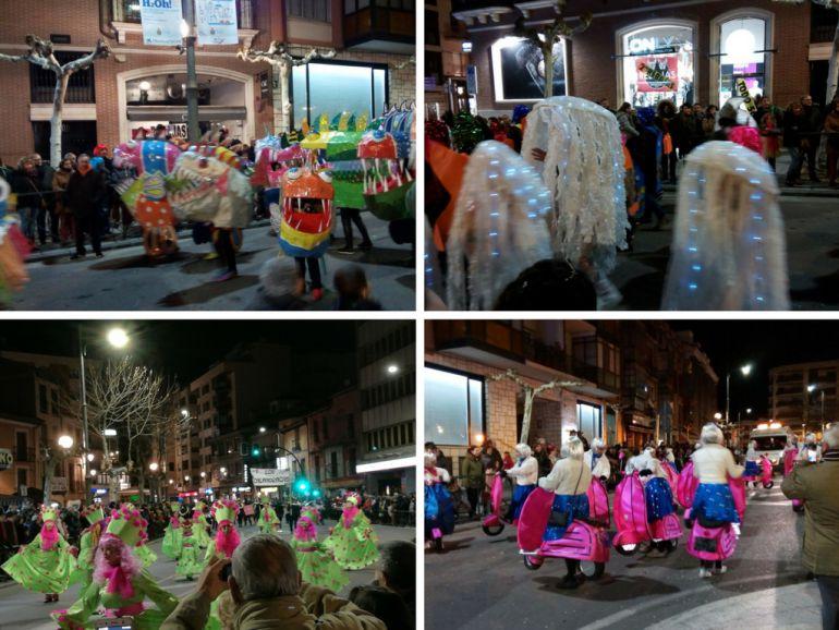 Varios grupos en el desfile de Carnaval
