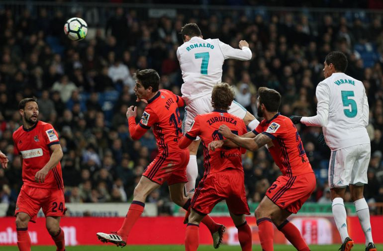 Cuatro jugadores de la Real miran como remata Cristiano para marcar el 2-0