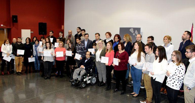 Foto de familia de los participantes en el programa que han acudido a recoger los diplomas