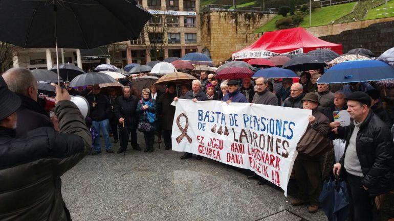 Antes de la manifestación, la plaza de Unzaga ha acogido una concentración