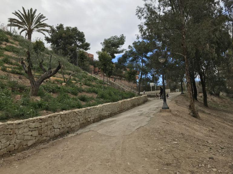 Rampa de acceso al colegio Baix Vinalopó desde el río