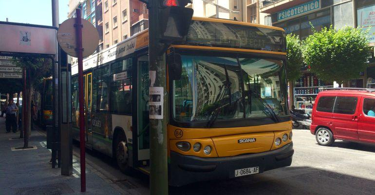 Autobús urbano por las calles de Jaén.