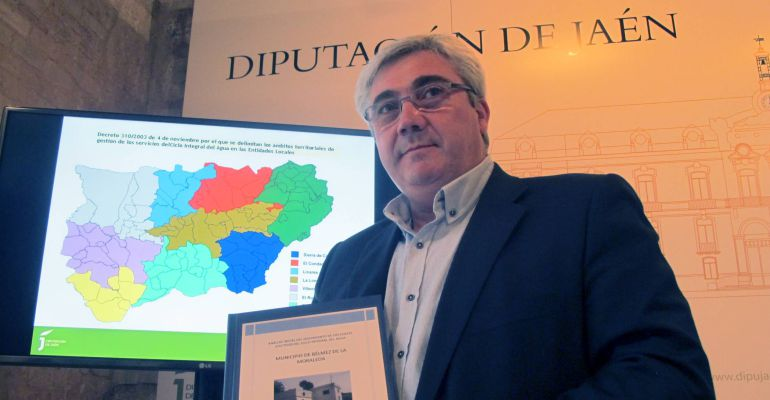 El diputado de Servicios Municipales, Bartolomé Cruz, posa con el informe sobre la gestión del ciclo integral del agua elaborado por el ente provincial.
