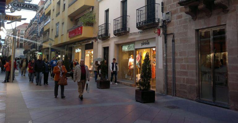 Varias personas por el Pasaje del Comercio de Linares.