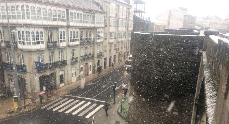 La nieve pintó de blanco la Muralla de Lugo