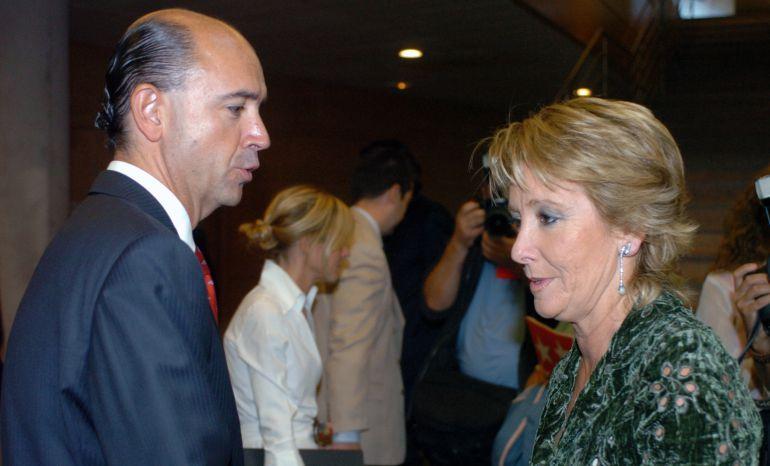 La expresidenta de la Comunidad de Madrid, Esperanza Aguirre, durante una conversación con su consejero de Sanidad, Manuel Lamela, en la Asamblea de Madrid en el año 2005