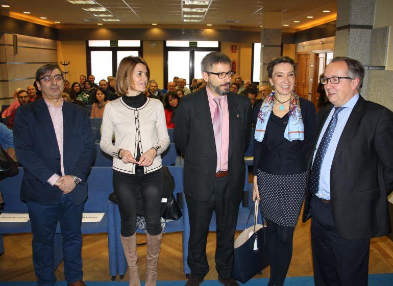 La directora general de telecomunicaciones María Victoria Seco (2D) momentos antes de la reunión que ha mantenido con alcaldes de la provincia