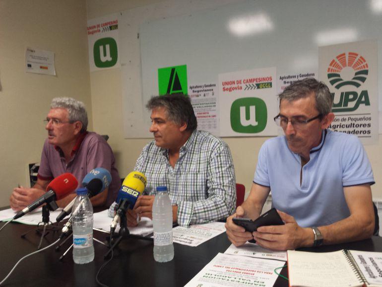Los representantes de las organizaciones agrarias de Segovia: Guzmán Bayón (ASAJA), Juan Manuel Palomares (UCCL) y Pedro Matarranz (UPA COAG) en una rueda de prensan ante los medios