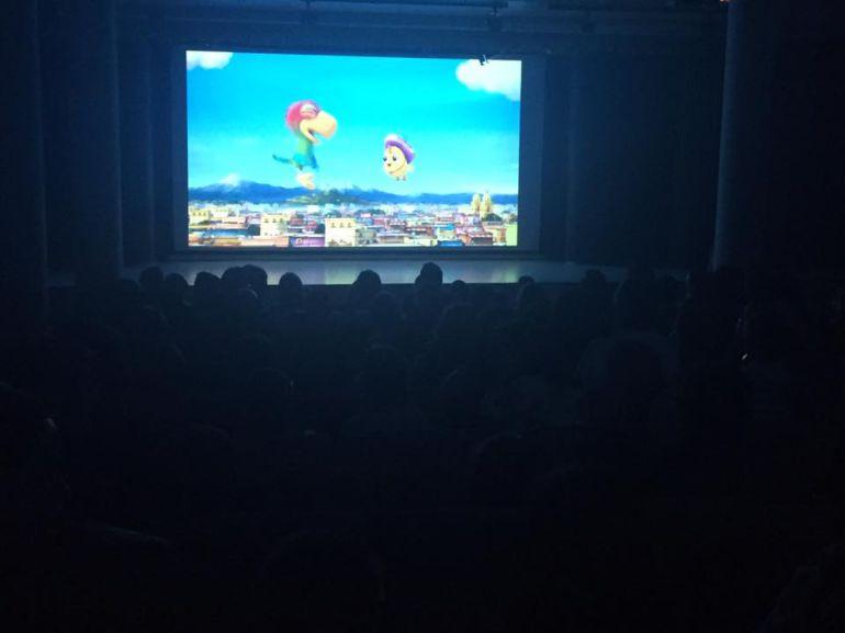 El público llenó la sala cultural Alfonsa de la Torre en el pre-estreno de la película 'El Americano'