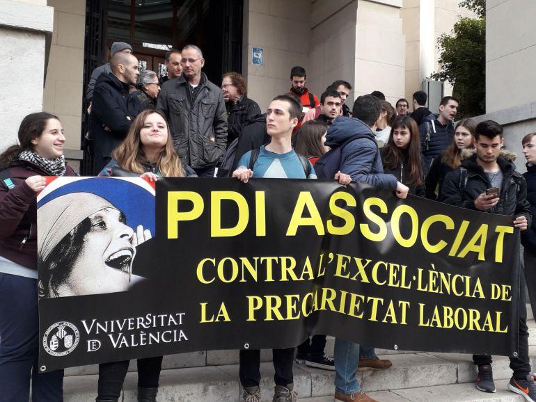 Estudiantes apoyan la huelga de los profesores asociados de la Universitat de València