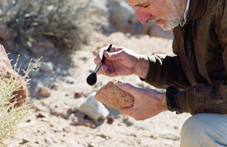 Experimentado arqueólogo en plenos trabajos de recuperación de piezas