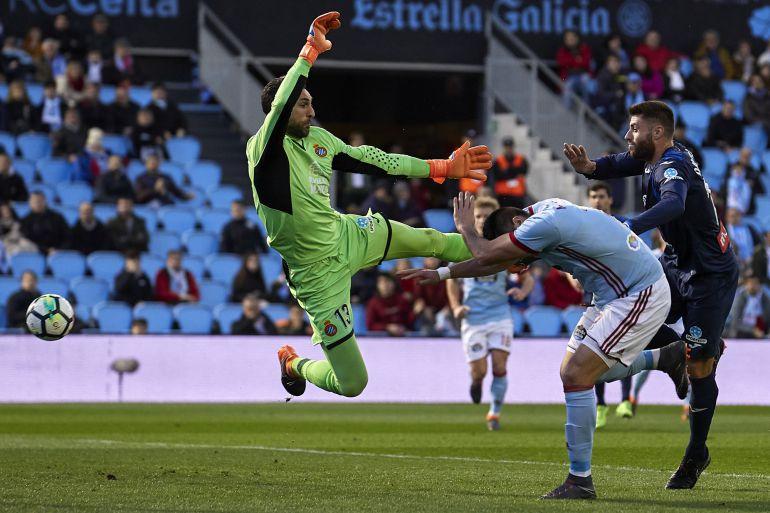 Maxi Gómez ante Diego López en el partido disputado en Balaídos