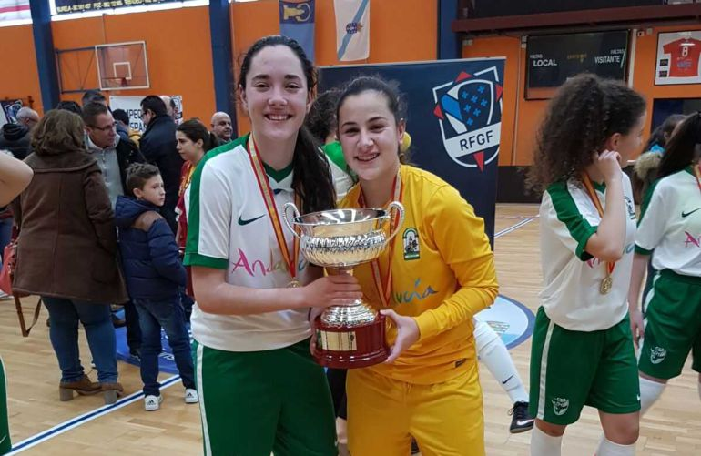 Las jugadoras almerienses con la Copa de España.