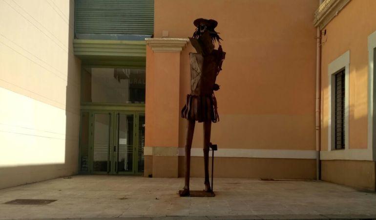 La estatua de Don Quijote sin brazos ni lanza