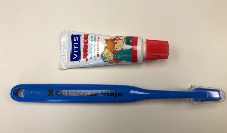 Los alumnos que participan en esta campaña de sensibilización reciben un cepillo de dientes junto a una pasta dentífrica acordes a su edad