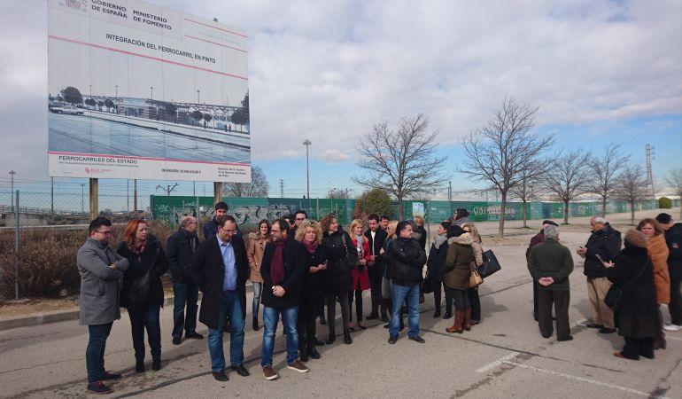Los cargos socialistas junto al cartel del proyecto en La Tenería