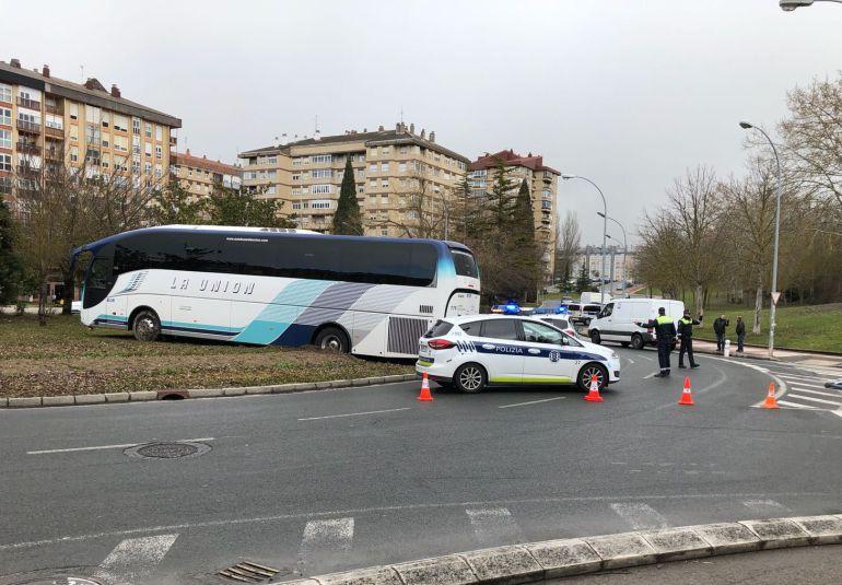 Un autobús sin conductor golpea farolas, árboles y un puente y acaba empotrado en una rotonda