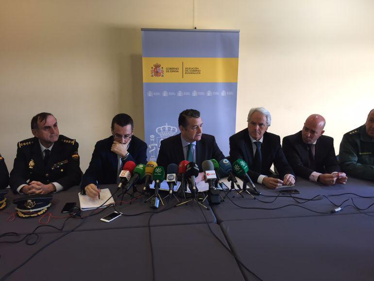El delegado del Gobierno en Andalucía, Antonio Sanz, junto al alcalde de La Línea, Juan Franco, el subdelegado del Gobierno en Cádiz, Agustín Muñoz y mandos policiales