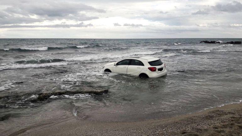El vehículo de la marca Mercedes en el interior del agua de la playa de Agua Amarga (Alicante)