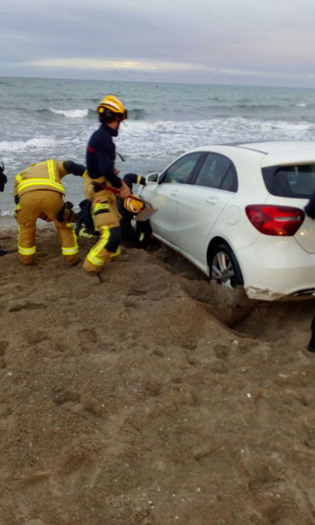 Alicante: Un conductor ebrio 'aparca' su coche dentro del mar en Alicante