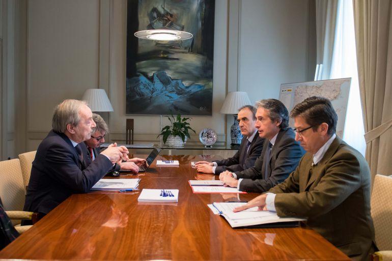 Reunión del alcalde de Oviedo, Wenceslao López, y el Ministro de Fomento, Íñigo de la Serna, para hablar de la Ronda Norte. En la sede del Ministerio en Madrid.