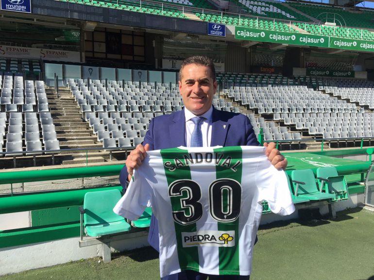 Jose Ramón Sandoval, con un dorsal que refleja los puntos que debe sumar el equipo para salvarse