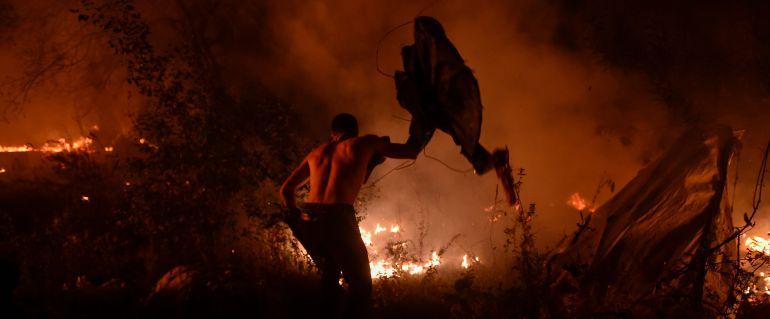 Una persona lucha contra el fuego en los incendios de Vigo