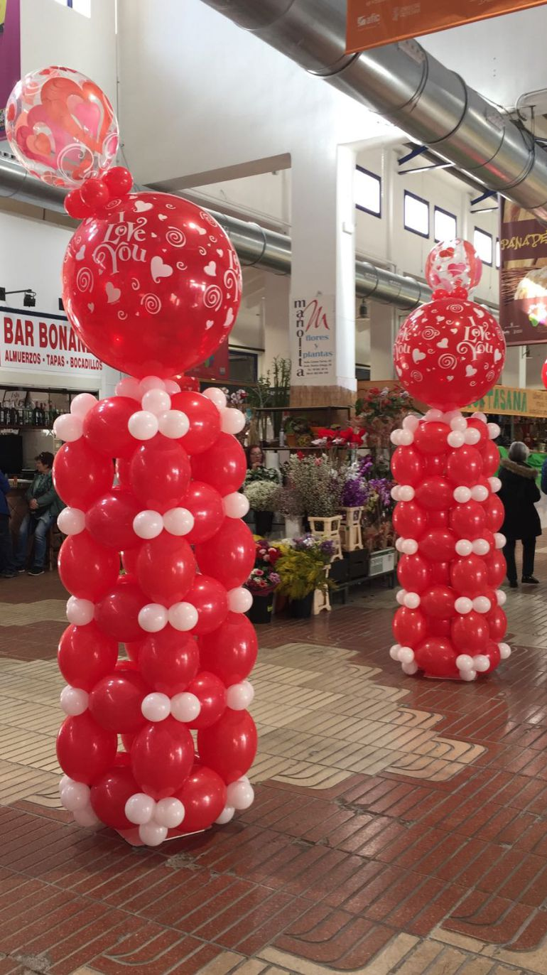 Decoración con motivo de San Valentín, en el Mercat Municipal de Dénia.