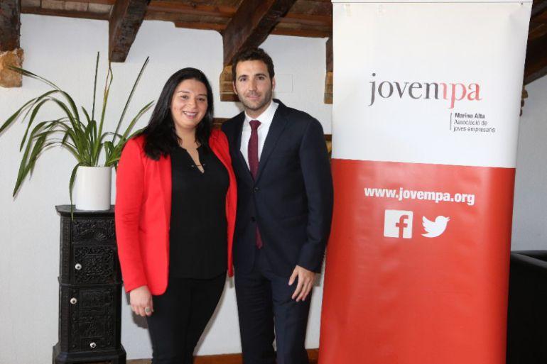 El nuevo presidente de Jovempa Marina Alta, José Bas con su antecesora en el cargo, Dayana Santacreu.