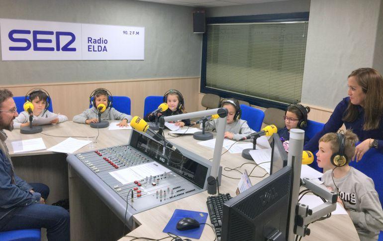 El estudio de Radio Elda - Cadena SER se llenó de futuros locutores