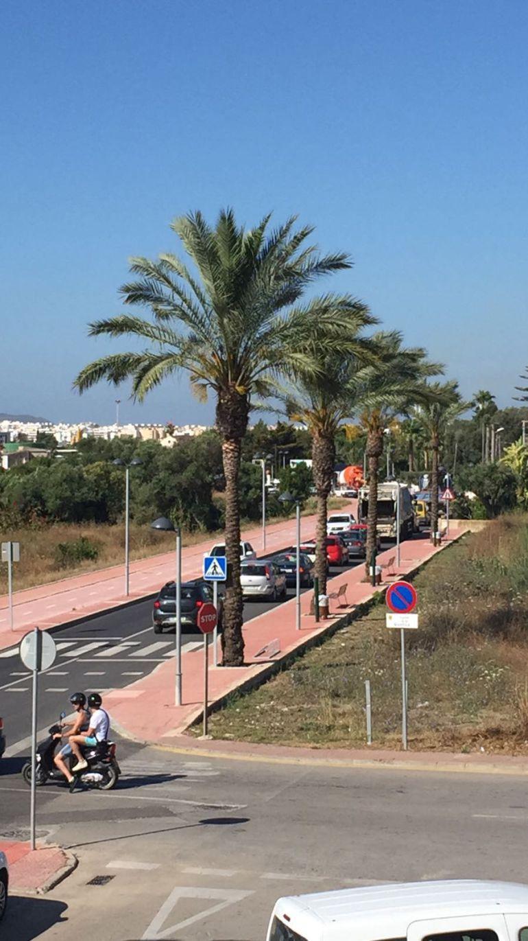 Cola de vehículos en una carretera de Ibiza