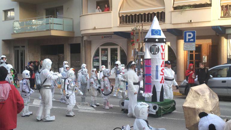 Una de las comparsas que han participado en la rúa de Santa Eulària