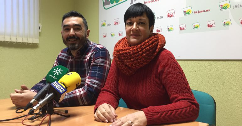 El coordinador provincial de Izquierda Unida, Francisco Javier Damas, y la responsable de Comunicación de la formación en Jaén, Mercedes Carbajo-Ruano.