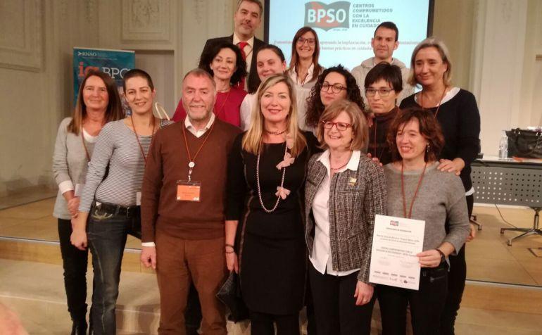 Los responsables de las guías de buenas prácticas junto con el certificado internacional BPSO.