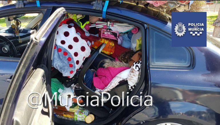 Descubren a una niña enterrada entre decenas de bártulos en un coche