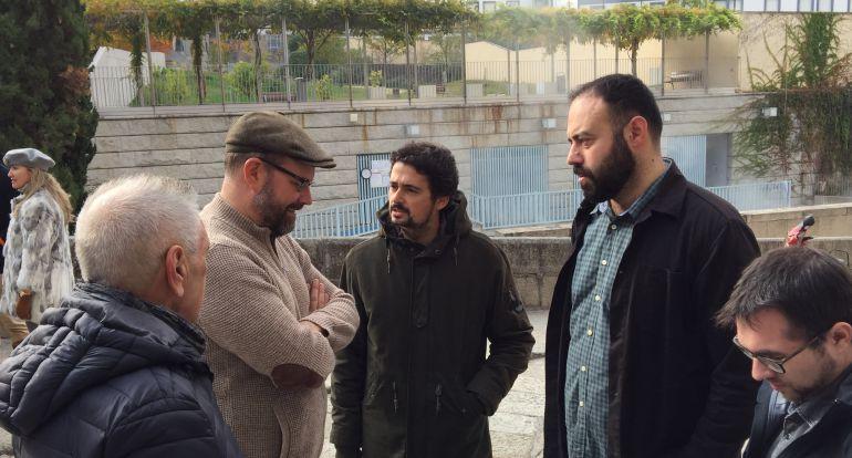 Martiño Vazquez (OUeC) dialoga con el alcalde de Santiago en una de las reuniones de la formación