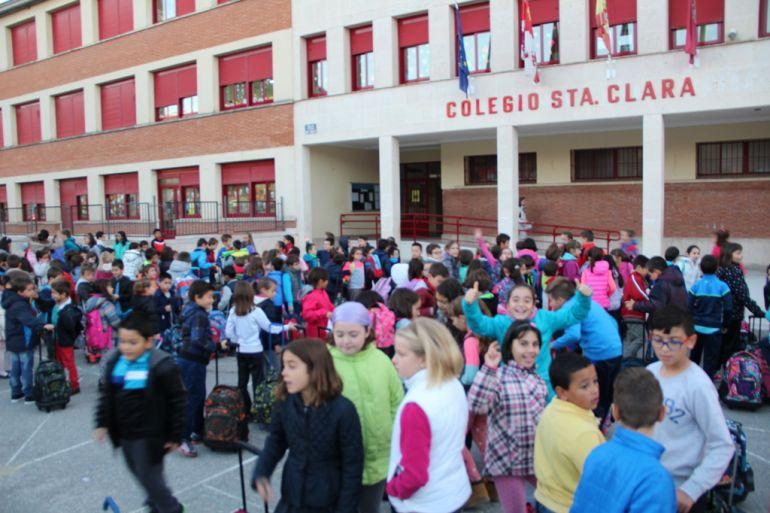 Alumnos a la entrada del colegio de infantil y primaria Santa Clara de Cuéllar